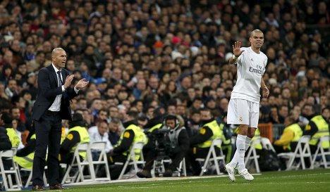 Главный тренер мадридского Реала Зинедин Зидан и защитник Пепе (слева направо)