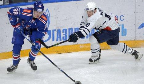 Форвард СКА Павел Бучневич (слева) и защитник Медвешчак Туукка Мянтюля