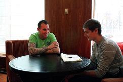 Защитник Терека Люк Уилкшир (слева) и корреспондент агентства Р-Спорт Николай Рязанцев