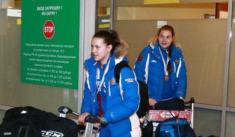 Прилет женской молодежной сборной России по хоккею. Валерия Тараканова (справа)