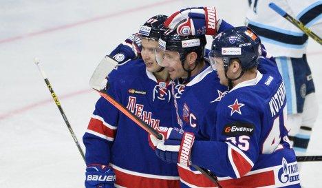 Игроки СКА Вадим Шипачёв, Илья Ковальчук и Андрей Кутейкин (слева направо)