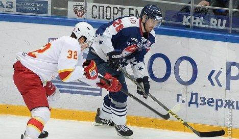 Защитник клуба КХЛ Йокерит Артурс Кулда (слева)