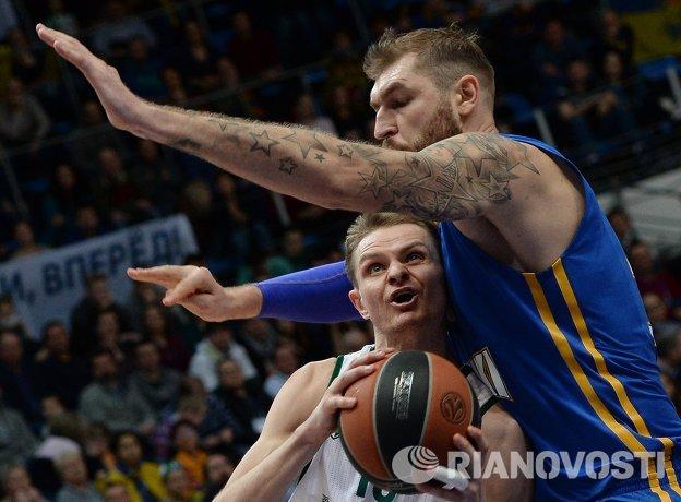 Центровой Химки Дмитрий Соколов (справа) и защитник Жальгириса Реналдас Сейбутис