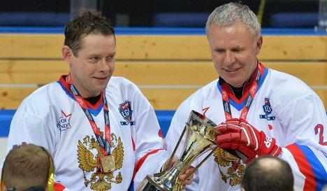 Хоккеисты сборной России Павел Буре (слева) и Вячеслав Фетисов