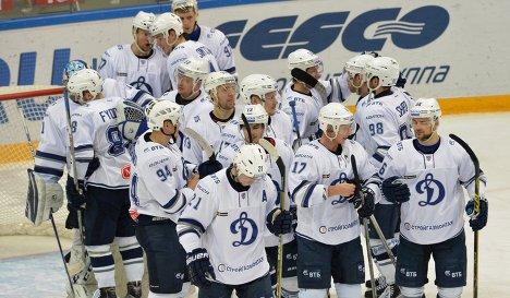Хоккеисты московского Динамо радуются победе