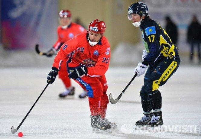 Игроки сборной России Петр Захаров (слева) и сборной Казахстана по хоккею с мячом Сергей Почкунов