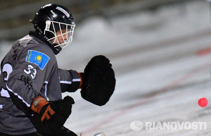 Вратарь сборной Казахстана по хоккею с мячом Андрей Рейн