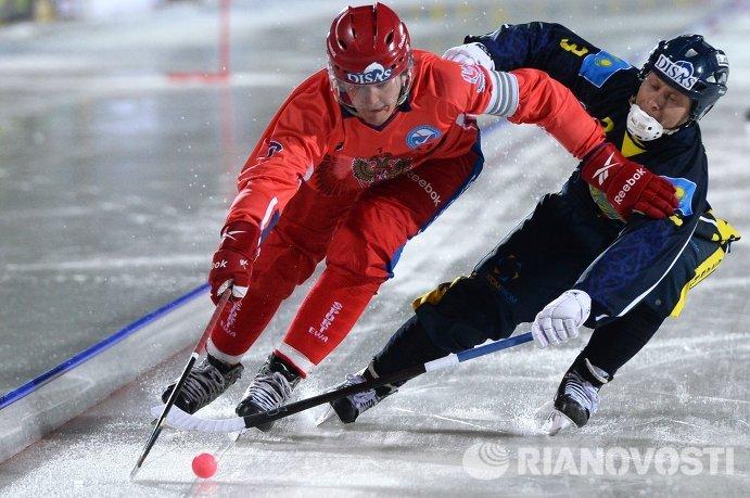 Игрок сборной России Сергей Ломанов (слева) и игрок сборной Казахстана Константин Пепеляев