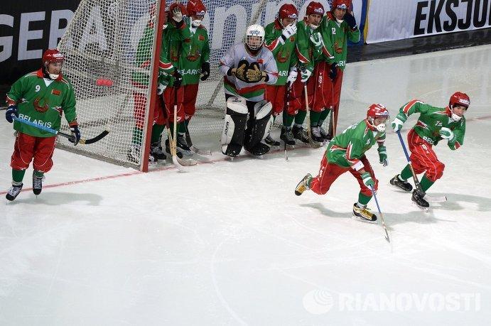 Команда сборной Белоруссии в матче группового этапа чемпионата мира по хоккею с мячом