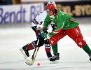 Игрок сборной Латвии Мартиньш Кречетниковс (слева) и игрок сборной Белоруссии Вячеслав Братченко