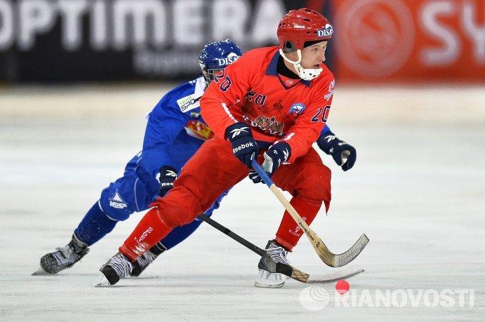 Игроки сборной Финляндии по хоккею с мячом Туомас Мяяття (слева) и сборной России Янис Бефус