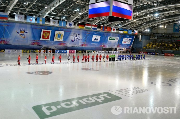 Сборные России и Финляндии по хоккею с мячом