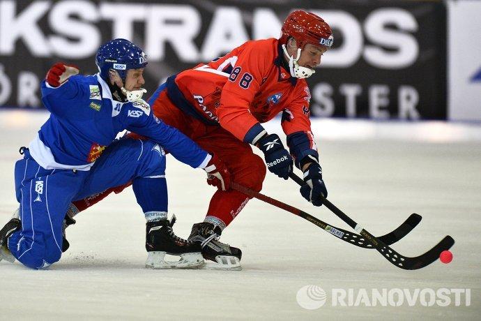 Игроки сборной Финляндии по хоккею с мячом Микко Рюткёнен (слева) и сборной России Евгений Иванушкин