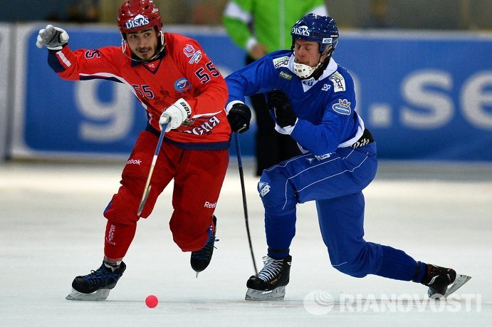 Игроки сборной России по хоккею с мячом Михаил Прокопьев (слева) и сборной Финляндии Юхо Лиукконен