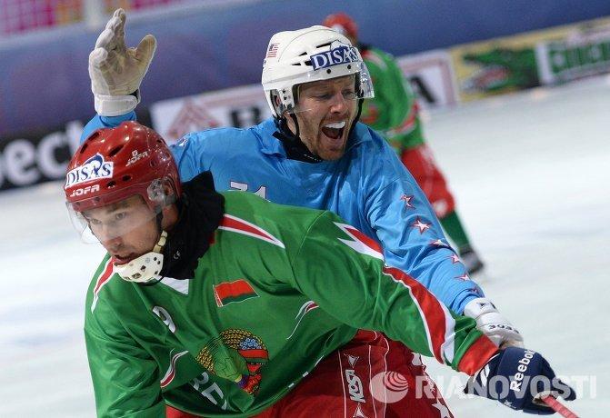 Игрок сборной Белоруссии Максим Кошелев (слева) и игрок сборной США Микаэль Ликтинг