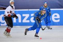 Игрок сборной Латвии по хоккею с мячом Арвис Пурвиньш (слева) и игрок сборной Швеции Симон Янссон