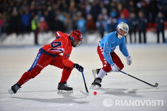 Игроки сборной России по хоккею с мячом Никита Иванов (слева) и сборной США Грегори Олсон