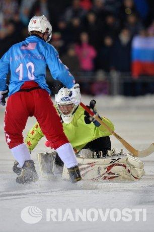 Игрок сборной США по хоккею с мячом Питер Кнутсон (слева) и вратарь сборной США Дерек Меландер