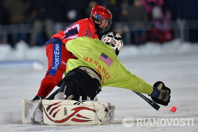 Игрок сборной России по хоккею с мячом Никита Иванов (слева) и вратарь сборной США Дерек Меландер
