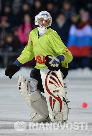 Вратарь сборной США по хоккею с мячом Дерек Меландер