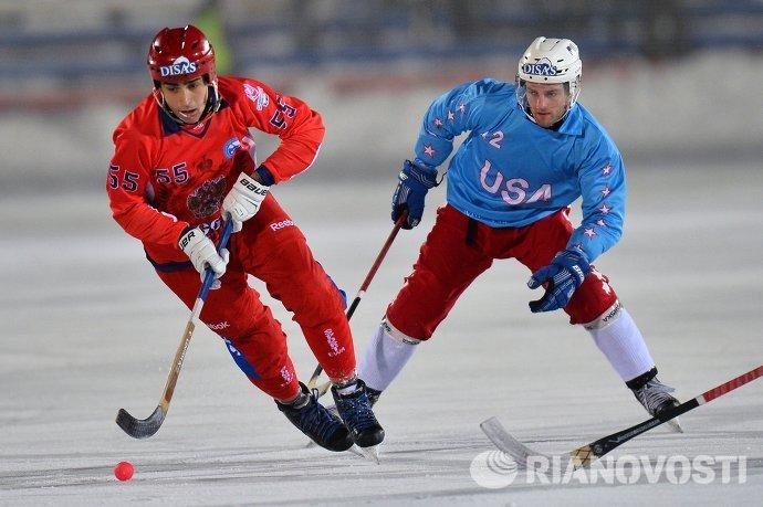 Игроки сборной России по хоккею с мячом Михаил Прокопьев (слева) и сборной США Арчи Скалбэк