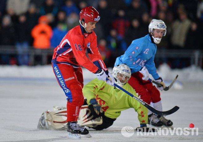 Игрок сборной России по хоккею с мячом Алмаз Миргазов, вратарь сборной США Дерек Меландер, игрок сборной США Грегори Олсон (слева направо)