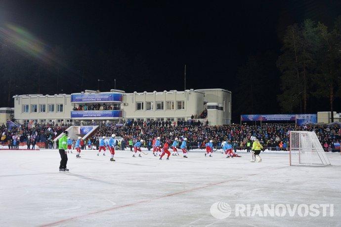 Игровой момент матча чемпионата мира по хоккею с мячом Россия - США