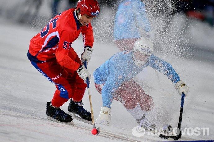 Игроки сборной России по хоккею с мячом Михаил Прокопьев (слева) и сборной США Уильямс Маклин
