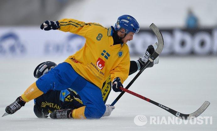 Игрок сборной Казахстана Сергей Почкунов (слева) и игрок сборной Швеции Ханс Андерссон