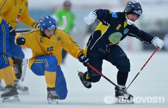 Игрок сборной Швеции Ханс Андерссон (слева) и игрок сборной Казахстана Евгений Шадрин