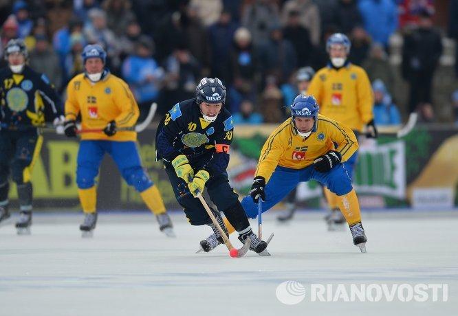 Игрок сборной Казахстана Рауан Исалиев (слева) и игрок сборной Швеции Давид Пиццони-Эльфвинг