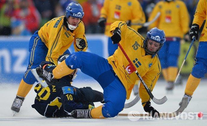 Игрок сборной Швеции Давид Пиццони-Эльфвинг, игрок сборной Казахстана Рауан Исалиев и игрок сборной Швеции Линус Петтерссон (слева направо)