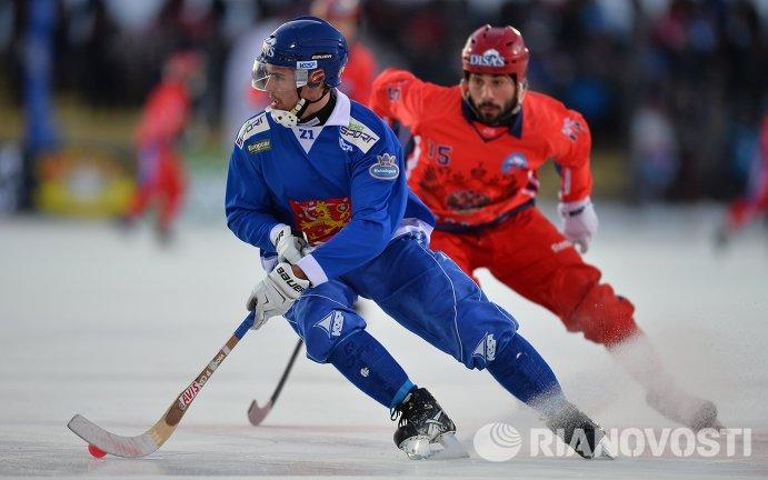 Игрок сборной Финляндии Самули Хелавуори (слева) и игрок сборной России Алан Джусоев
