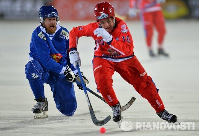 Игрок сборной Финляндии Вилле Аалтонен (слева) и игрок сборной России Алмаз Мургазов