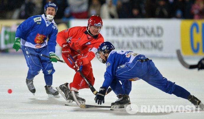 Игрок сборной России Сергей Ломанов (в центре)