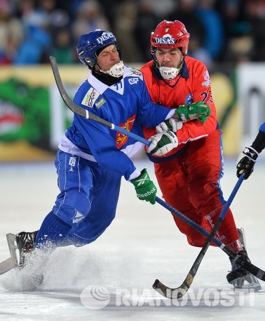 Игрок сборной Финляндии Сами Лаакконен (слева) и игрок сборной России Евгений Дергаев