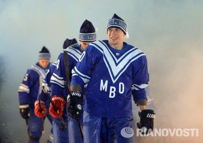 Хоккеисты СКА МВО выходят на лед перед началом гала-матча