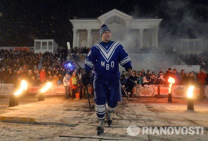 Защитник СКА МВО Виктор Довгань выходит на лед