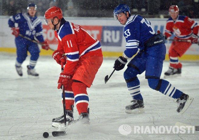 Нападающий ЦСКА Сергей Андронов (слева) и защитник СКА МВО Антон Соколов