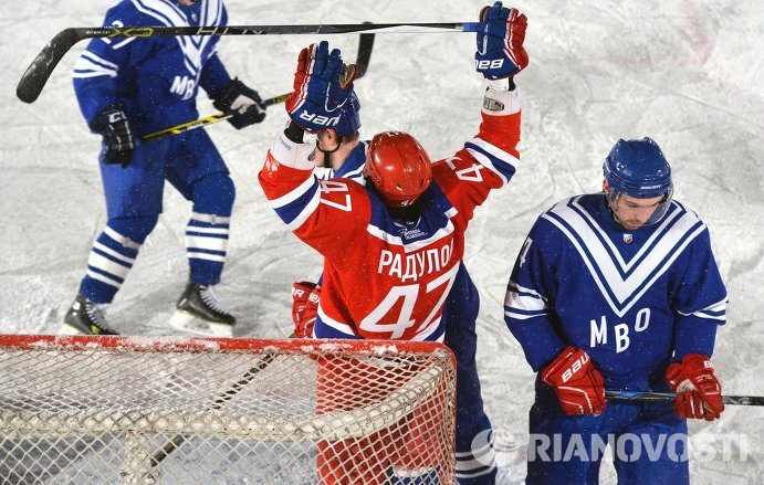 Нападающий ЦСКА Александр Радулов (в центре) радуется заброшенной шайбе