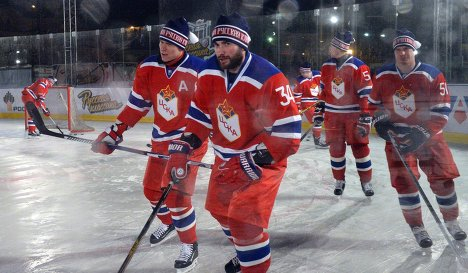 Игрок ЦСКА Никита Пивцакин (в центре)