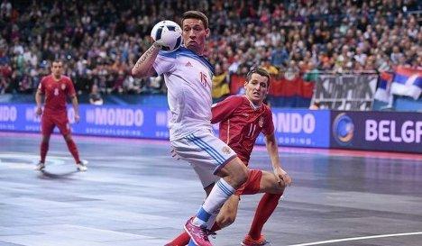 Защитник сборной России по мини-футболу Ромуло (слева) и защитник сборной Сербии Милош Симич