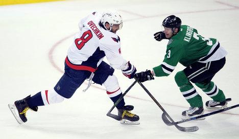 Форвард клуба НХЛ Вашингтон Кэпиталз Александр Овечкин (слева)