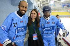 Игрок сборной Сомали по бенди Хассан Фарах (слева)