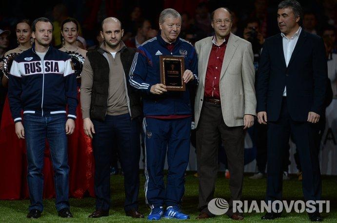 Валерий Гладилин (в центре) награждается за вклад в развитие футбола