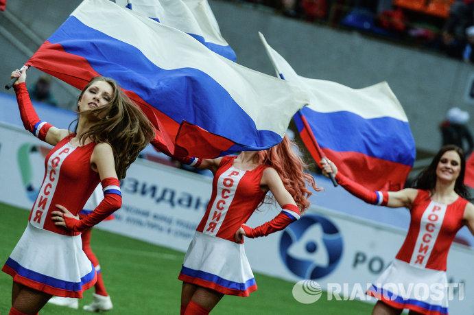 Девушки из группы поддержки на ветеранском футбольном турнире Кубок легенд