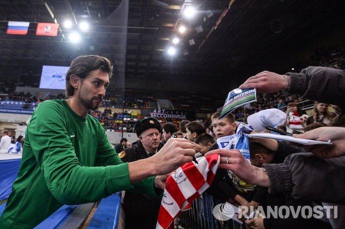 Вратарь сборной Звезд футбола Руслан Нигматулин (слева)