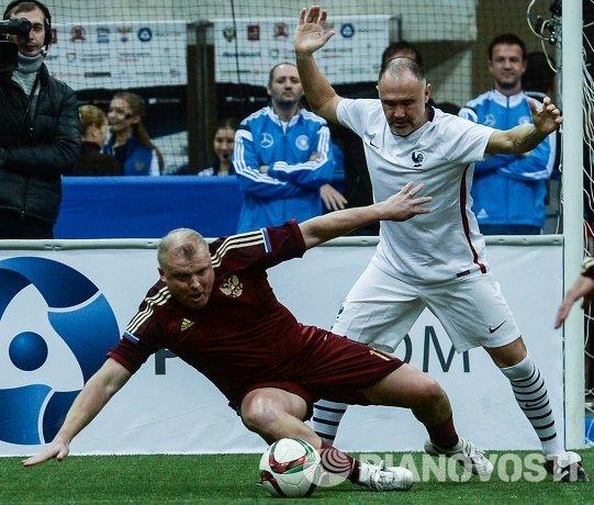 Игрок сборной России Сергей Кирьяков (слева) и игрок сборной Франции Кристоф Кокар