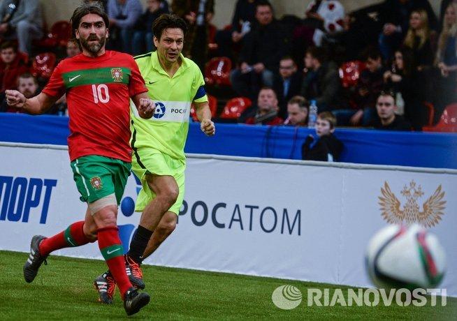 Игрок сборной Португалии Педро Мендеш и игрок сборной звезд футбола Джанлука Дзамбротта (справа)