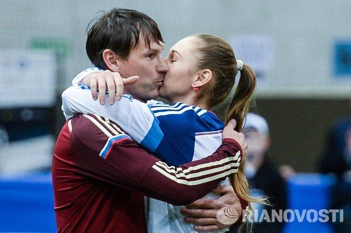 Игрок сборной России Егор Титов поздравляет дочь с днем рождения